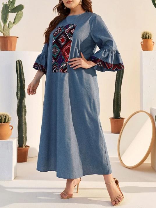 Rochie albastră cu motive etno și mâneci interesante